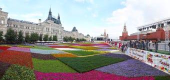 Moscou. Défilé de fleurs sur la place rouge. Panorama. Images stock