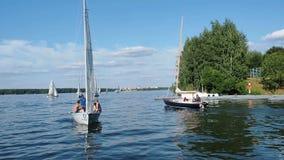 MOSCOU - 17 DE AGOSTO DE 2017: Yacht club da cidade Yacht com os povos no dia de verão ensolarado do rio vídeos de arquivo