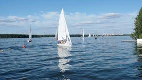 MOSCOU - 17 DE AGOSTO DE 2017: Yacht club da cidade Yacht com os povos no dia de verão ensolarado do rio filme