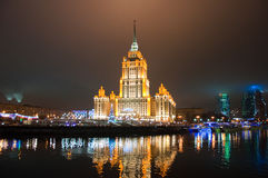 MOSCOU 5 DE JANEIRO: O hotel e a Moscou-cidade reais de Radisson no fundo na noite em janeiro 5,2014 em Moscou, Rússia. O Radi Fotografia de Stock