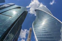 MOSCOU - 8 DE JUNHO DE 2017: Opinião de ângulo larga de arranha-céus da Moscou-cidade Edifícios comerciais modernos Fotos de Stock Royalty Free