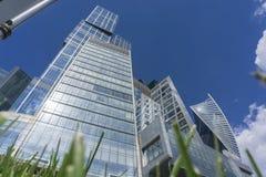 MOSCOU - 8 DE JUNHO DE 2017: Opinião de ângulo larga de arranha-céus da Moscou-cidade Edifícios comerciais modernos Imagem de Stock