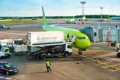 MOSCOU - 28 de maio de 2017: O avião durante o embarque no aeroporto de Domodedovo, rede da rota do aeroporto cobre mais de 189 Fotos de Stock