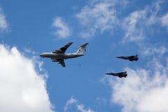 MOSCOU - 5 DE MAIO DE 2015: os bombardeiros cumprem as acrobacias prontas para Fotos de Stock Royalty Free
