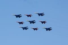MOSCOU - 5 DE MAIO DE 2015: os bombardeiros cumprem as acrobacias prontas para Imagem de Stock