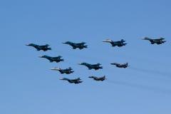 MOSCOU - 5 DE MAIO DE 2015: os bombardeiros cumprem as acrobacias prontas para Imagens de Stock Royalty Free