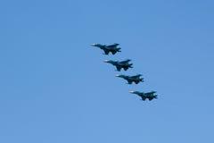 MOSCOU - 5 DE MAIO DE 2015: os bombardeiros cumprem as acrobacias prontas para Fotos de Stock