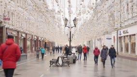 Moscou - 21 de março de 2019: Rua de passeio da cidade dos povos decorada pelo ano novo video estoque