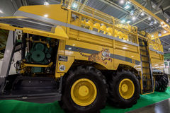MOSCOU - 5 DE OUTUBRO DE 2016: Ceifeira em Agrosalon fotos de stock royalty free