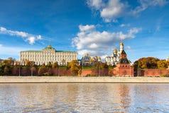 Moscou - 12 de outubro: Kremlin de Moscou no dia o 12 de outubro de 2013 Imagens de Stock