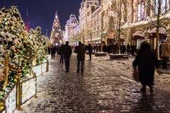 Moscou e quadrado vermelho belamente decorados para o ano novo e o Chr fotografia de stock royalty free