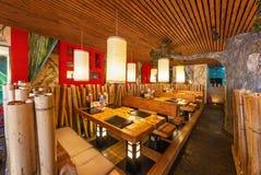 MOSCOU - EM AGOSTO DE 2014: Interior da corrente de restaurante japonesa do sushi Fotos de Stock Royalty Free