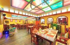 MOSCOU - EM AGOSTO DE 2014: O interior da culinária do indiano e do tibetano do restaurante e é decorado no estilo étnico Imagens de Stock Royalty Free