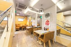 MOSCOU - EM AGOSTO DE 2014: O interior da culinária pan-asiático do café chain Fotografia de Stock