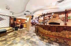 MOSCOU - EM DEZEMBRO DE 2014: Interior oriental do restaurante do uzbek Barra da pedra e da madeira Fotos de Stock Royalty Free