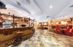MOSCOU - EM DEZEMBRO DE 2014: Interior oriental do restaurante do uzbek Barra da pedra e da madeira Vista do salão principal do r Imagem de Stock Royalty Free
