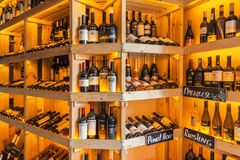 MOSCOU - EM JULHO DE 2013: Garrafas do vinho nas prateleiras na culinária italiana regional Cervetti do restaurante do vinho Imagens de Stock Royalty Free