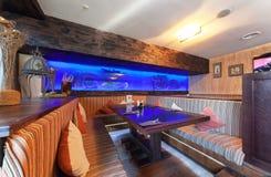 MOSCOU - EM JULHO DE 2014: O interior é um restaurante chain à moda da culinária japonesa e italiana Imagem de Stock Royalty Free