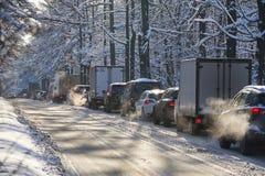MOSCOU, FÉV. 01, 2018 : Vue de jour d'hiver sur la voiture d'automobiles dans le trafic dur de ville provoqué par la chute de nei Image libre de droits