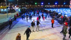 Moscou - février 2016 : Piste de patinage d'hiver le soir, laps de temps La Russie, Moscou, février 2016 banque de vidéos