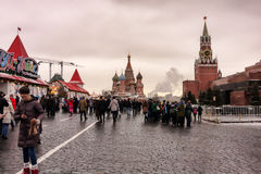 Moscou, Federação Russa - 21 de janeiro de 2017: Vista do quadrado vermelho, à direita a torre do mausoléu e do Spasskaya de Leni Foto de Stock Royalty Free