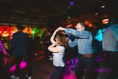 MOSCOU, FEDERA??O RUSSA - 13 DE OUTUBRO DE 2018: Um par de meia idade, um homem e uma mulher, salsa da dan?a entre uma multid?o d foto de stock