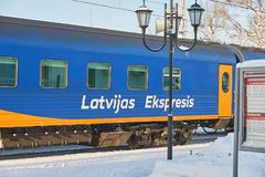 MOSCOU, FEVEREIRO 01, 2018: Opinião de dia de inverno no Latvian azul do carro do treinador de passageiro expresso na estação de  Imagens de Stock