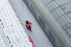 MOSCOU, FEVEREIRO 01, 2018: Opinião do inverno na locomotiva railway no depósito de trens de passageiros sob a neve Trem coberto  Imagem de Stock