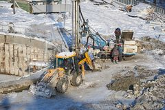 MOSCOU, FEVEREIRO 01, 2018: Opinião do inverno no equipamento de construção pesado sujo, trabalhadores dos veículos no trabalho O Fotografia de Stock