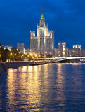 Moscou, gratte-ciel la nuit Photo stock