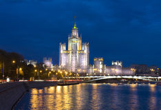 Moscou, gratte-ciel la nuit Images stock