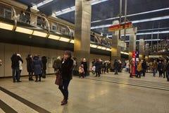 Moscou - 10 janvier 2017 : Train de attente de personnes à Moscou Photographie stock