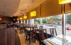 MOSCOU - JUILLET 2013 : L'intérieur est restaurant japonais moderne Ichiban Boshi Le hall principal avec la fenêtre panoramique Photographie stock libre de droits
