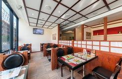 MOSCOU - JUILLET 2013 : L'intérieur est restaurant japonais moderne Ichiban Boshi Le hall principal avec le mur intérieur Images stock