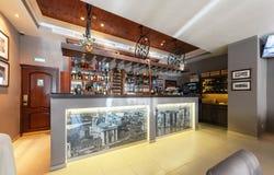 MOSCOU - JUILLET 2013 : Le compteur de barre en café italien De Marco Photos stock
