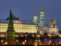 Moscou Kremlin au crépuscule en peu d'heures avant nouvelle année Image libre de droits