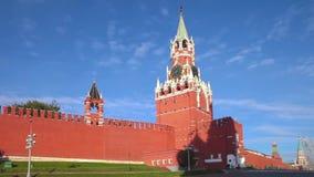 Moscou Kremlin au matin, tour de Spasskaya, panorama de place rouge banque de vidéos