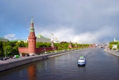 Moscou Kremlin et fleuve Photo stock