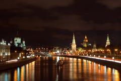 Moscou Kremlin et fleuve de Moskva dans la nuit Photos stock