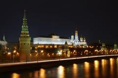 Moscou Kremlin la nuit. Images stock