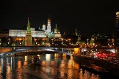 Moscou Kremlin la nuit Vue de touristes populaire de l'attrac principal Photographie stock libre de droits