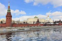Moscou Kremlin pendant la dissolution de ressort images libres de droits