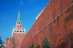 Moscou Kremlin Photo couleur Tour de trinité et vieux mur faits de briques rouges photo libre de droits