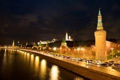Moscou Kremlin sur des banques de rivière de Moscou chez Autumn Night Time photo stock