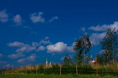 Moscou Kremlin sur un fond des champs et des bouleaux verts Photos stock