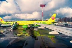 Moscou la Russie 28 février 2016 : Airlainers S7 dans l'aéroport de Domodedovo après des chutes de neige de nuit Couleur modifiée Image stock
