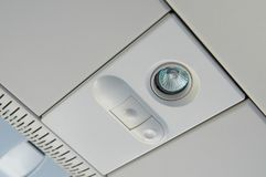 MOSCOU, LE 12 JUILLET 2010 : Vue sur le panneau de lumière supérieure du ` s de passager avec le commutateur au-dessus des sièges Images stock