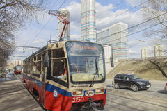 moscou Le tram N17 approche l'arrêt Images stock