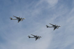 MOSCOU - 9 MAI : Trois le bombardier TU-95MS sur le défilé a consacré au soixante-dixième anniversaire de la victoire dans la gra Images stock