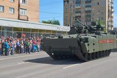 MOSCOU, MAIO, 9, 2018: Parada do feriado da grande vitória de BMP Kurganetc-25 dos veículos militares do russo Tanques em ruas e  Fotografia de Stock